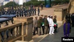 Труну з тілом померлого заносять у президентський палац у Преторії