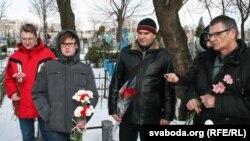 Удзельнікі акцыі прыйшлі з кветкамі ўшанаваць памяць дзеяча БНР