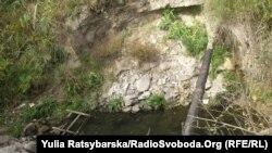 Газова труба, яку руйнують стічні води озера
