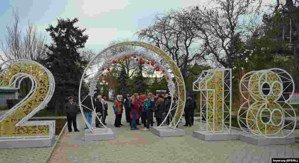 Під новорічним «нулем» на початку вулиці Дуванської збираються приїжджі екскурсанти