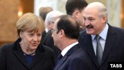Ангела Мэркель, Франсуа Алянд і Аляксандар Лукашэнка на перамовах у Менску 11 лютага 2015 году