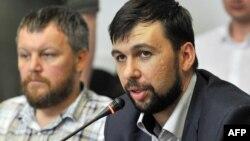 Денис Пушилин (справа) и Андрей Пургин – одни из рукодовителей группировки «ДНР», признанной в Украине террористической. Донецк, май 2014 года