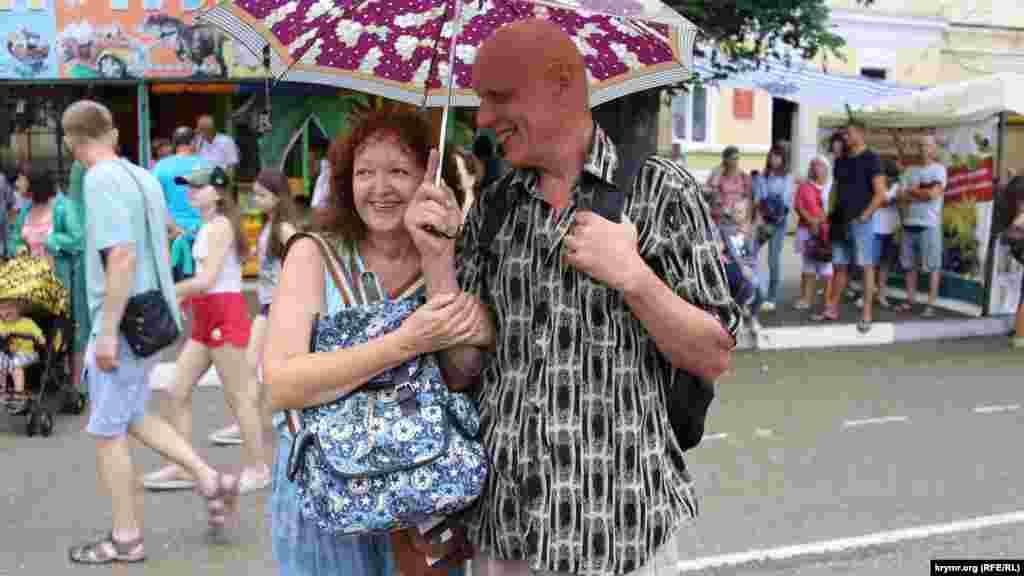 Багато глядачів уже запаслися парасольками та плащами-дощовиками