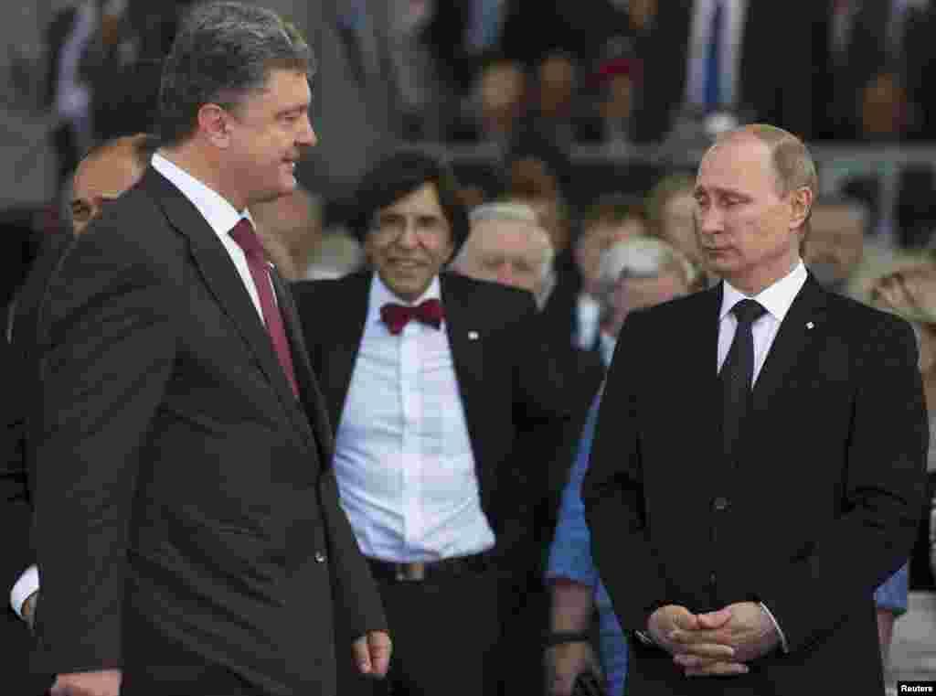 Во Франции президент России Владимир Путин (справа) и новоизбранный президент Украины Петр Порошенко (слева) провели 15-минутную беседу в замке Бенувиль в Кальвадосе (Нормандия). Здесь же в Нормандии состоялся краткий неофициальный обмен мнениями между Путиным и президентом США Бараком Обамой по ситуации в Украине. Встречи проходили в кулуарах торжеств по случаю 70-й годовщины высадки союзников в Нормандии во время Второй мировой войны.