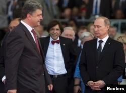 Президент Украины Петр Порошенко (слева) проходит мимо президента России Владимира Путина во время празднования во Франции 70-й годовщины высадки войск союзников в Нормандии. 6 июня 2014 года.