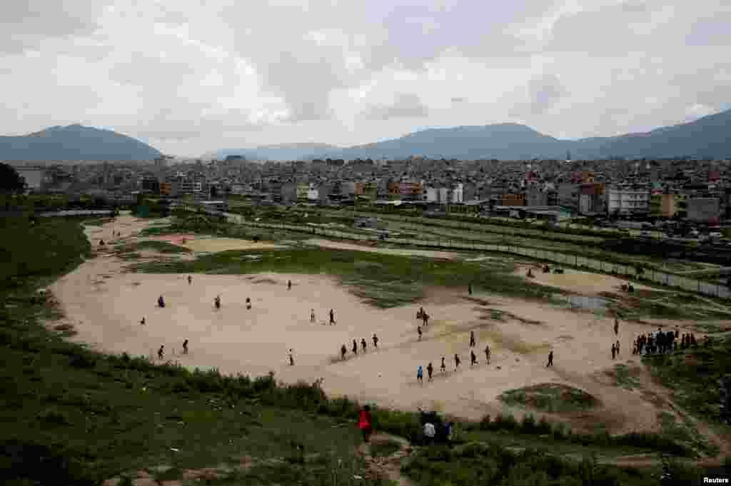 Непальские дети играют в футбол на пустыре. 15 мая 2018 года.