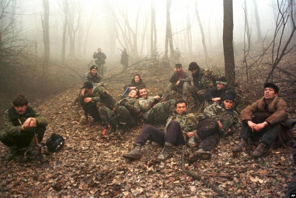 Ресейге қарсы соғысып жүрген шешендер Грозный маңындағы орманда. 1999 жылдың желтоқсаны.