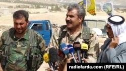 شروان درویش؛ سخنگوی شورای نظامی منبج در حال گفتوگو با خبرنگاران