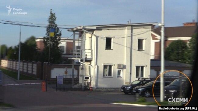 Авто охорони Ігоря Коломойського біля шлагбауму поруч з маєтком Юлії Тимошенко