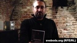 Макс Шчур з кнігай «Kulturtréger»