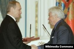 Rusiya prezidneti Putin Voinovich-ə dövlət mükafatı verir.