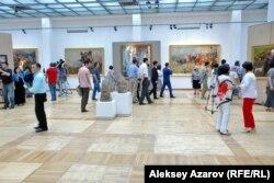 Посетители выставки «Эхо Великой степи» в Государственном музее искусств имени Абылхана Кастеева. Алматы, 3 июля 2015 года.