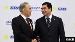 Türkmenistanyň prezidenti Gurbanguly Berdimuhamedow (sagda) we Gazagystanyň prezidenti Nursoltan Nazarbaýew ÝHHG-niň Sammitinde, Astana, 1-nji dekabr.