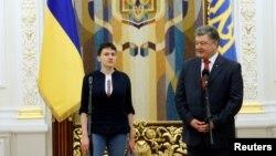 Надежда Савченко (сол жақта) мен Украина президенті Петр Порошенко. Киев, 25 мамыр 2016 жыл