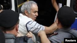 Задержание Гарри Каспарова у Хамовнического суда Москвы