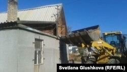 Снос дома Бибикадиши Бейсеновой на бывшей дачной территории. Астана, 24 сентября 2014 года.