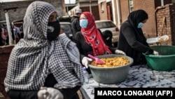 داوطلبان گروه «گرسنگی بیدین است» در حال پخش غذا در محلههای فقیر ژوهانسبورگ، بزرگترین شهر کشور آفریقای جنوبی، در جریان عید فطر