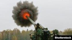 Стріляє самохідна гаубиця «Піон»