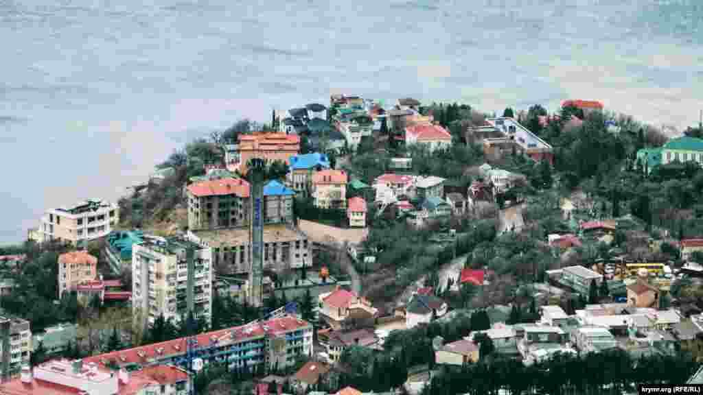Краєвид на селище Форос зверху. В око впадають нові житлові будинки. Чим живе Форос у середині зими– дивіться в нашій фотогалереї