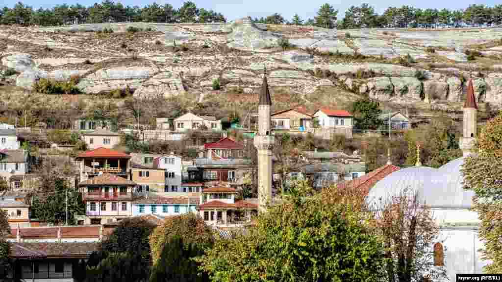Вид на минарет мечети и город Крым.Реалии прогулялись по Ханскому дворцу и запечатлели, как протекает «реконструкция» исторического сооружения