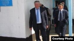 Ирак Елекеев, депутат мажилиса парламента Казахстана, и представитель комитета уголовно-исполнительной системы на территории колонии ЕЦ-166/4. Атбасар, 26 мая 2011 года.