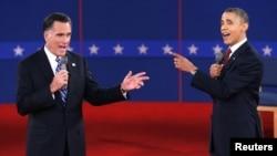 Președintele Barack Obama și candidatul republican la președinție, Mitt Romney în cursul celei de-a doua dezbateri față în față de la Hempstead, New York