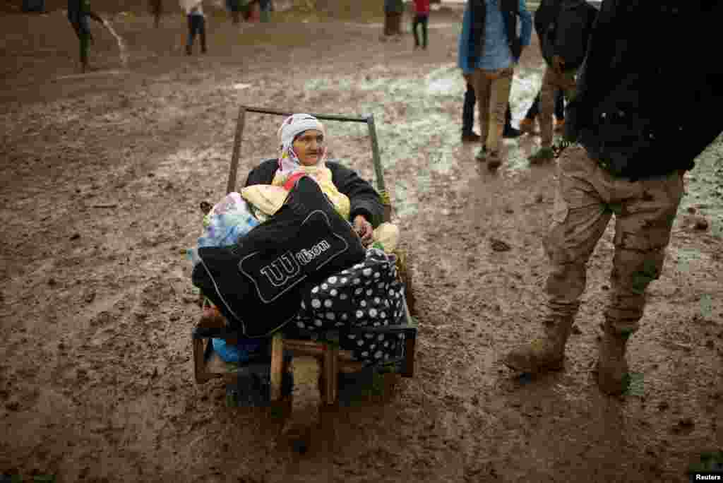 Displaced Iraqis flee their homes on a rainy day as Iraqi forces battle Islamic State militants in western Mosul. (Reuters/Suhaib Salem)