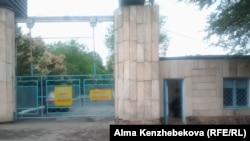 «Связист» балалар лагеріне кіретін қақпа. Жамбыл ауданы, Алматы облысы, 21 маусым 2016 жыл.