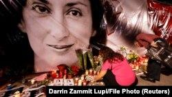 У самодельного мемориала у здания суда в мальтийском городе Валлетта в годовщину убийства журналистки Дафне Каруаны Галиции.