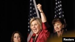В Калифорнии демократический сенатор Барбара Боксер (в центре) победила представителя республиканцев, Голливуд, 2 ноября 2010