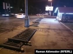 Бұзылған қоршаудың жерде жатқан шойын бөліктері. Алматы, 4 тамыз 2017 жыл.