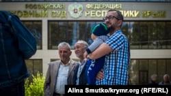 Нариман Джелял с сыном возле здания подконтрольного России Верховного суда Крыма, 24 мая 2017 года