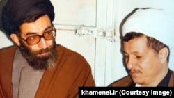 در این تصویر به وضوح ما قهر کردهایم و آقای خامنهای دارد زیرلب منتکشی میکند!