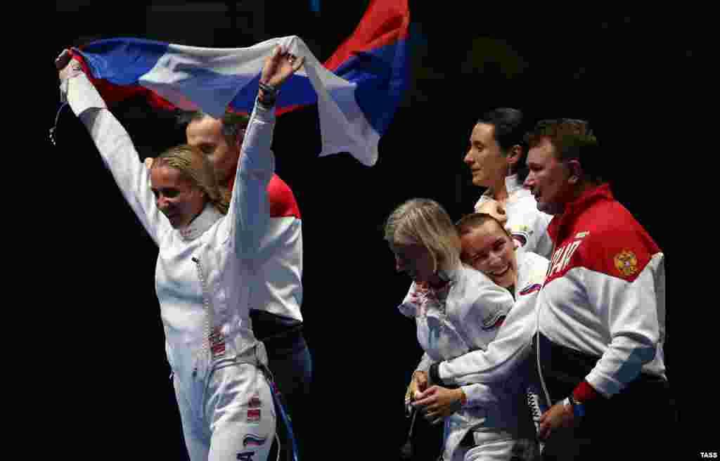 Российская команда после победы в поединке за 3 место против сборной Эстонии на командных соревнованиях по фехтованию на шпагах среди женщин. 11 августа 2016 года