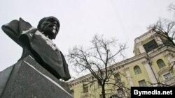 Помнік Фэліксу Дзярыжнскаму ля цэнтральнага будынку КДБ у Менсуу