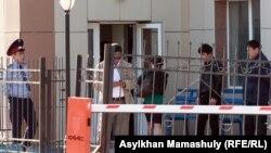 Ақтау қаласында Жаңаөзен оқиғасы бойынша полицейлер сотына келе бастаған жұрт. Ақтау, 27 сәуір 2012 жыл.