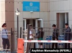 Люди входят в здание суда, где рассматривается дело полицейских.