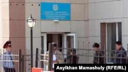Здание суда, где проходит процесс по делу полицейских, обвиняемых в превышении полномочий при применении оружия. Актау, 27 апреля 2012 года.