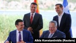 Архивска фотографија - Никос Коѕијас со Зоран Заев, Никола Димитров и Алексис Ципрас на потпишувањето на Преспанскиот договор