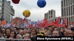 Başda Puşkin meýdançasyna üýşen protestçiler Moskwanyň köçelerinden ýöräp, demonstrasiýanyň esasy geçirilýän ýeri bolan Saharow prospektine bardylar. Moskwa, 15-nji sentýabr, 2012.