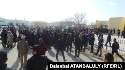 Жители поселка Жетыбай собрались у здания акимата Каракиянского района Мангистауской области. 12 марта 2014 года.