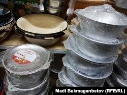 Посуд українського виробництва на ринку в Астані, 8 серпня 2016 року