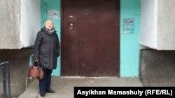 Руководитель прессозащитной организации «Адил Соз» Тамара Калеева у подъезда дома, где идет обыск в квартире журналистки Гузяль Байдалиновой. Алматы, 18 декабря 2015 года.