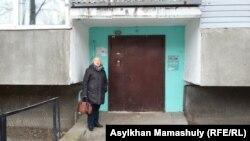 """Тамара, Калеева, руководитель прессозащитной организации """"Адил соз"""", у дома, где живет Гузяль Байдалинова. Алматы, 18 декабря 2015 года."""