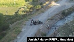 Чек арадагы чыр чыккан жер. Лейлектин Максат айылы, 26-август, 2014.