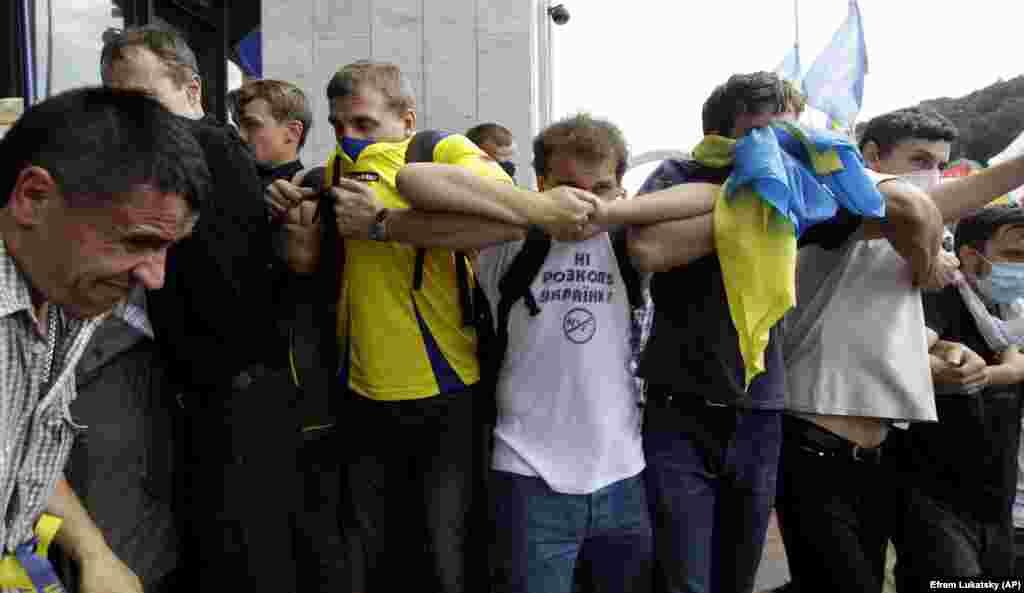 «Мовний майдан». Під час використання силовиками «Беркуту» подразливого газу. Київ, 4 липня 2012 року