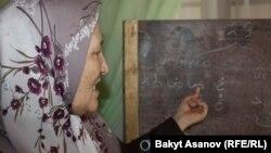 Араванда мусулман аялдарды окуткан мугалим сабак берүүдө, Ош облусу. 13-сентябрь, 2012.