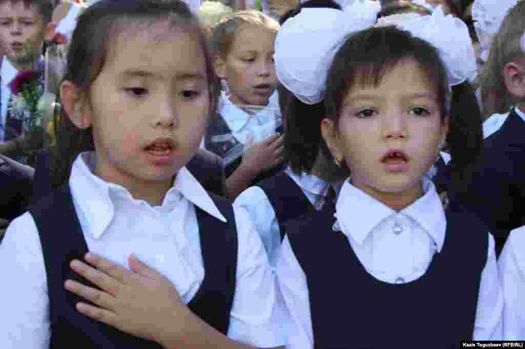 Дети поют гимн Казахстана на празднике первого звонка в школе-гимназии № 60 в Алматы. 1 сентября 2014 года.