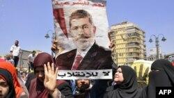 """Мұхаммед Мурсиді қолдайтын """"Мұсылман бауырлар"""" қозғалысының өкілдері наразылық танытып тұр. Каир, 30 тамыз 2013 жыл."""