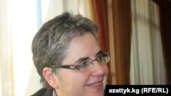 """Профессор Марта Брилл Олкотт Бишкектеги жыйындан соң """"Азаттыктын"""" кабарчысы менен сүйлөшүүдө, 7-декабрь, 2010."""